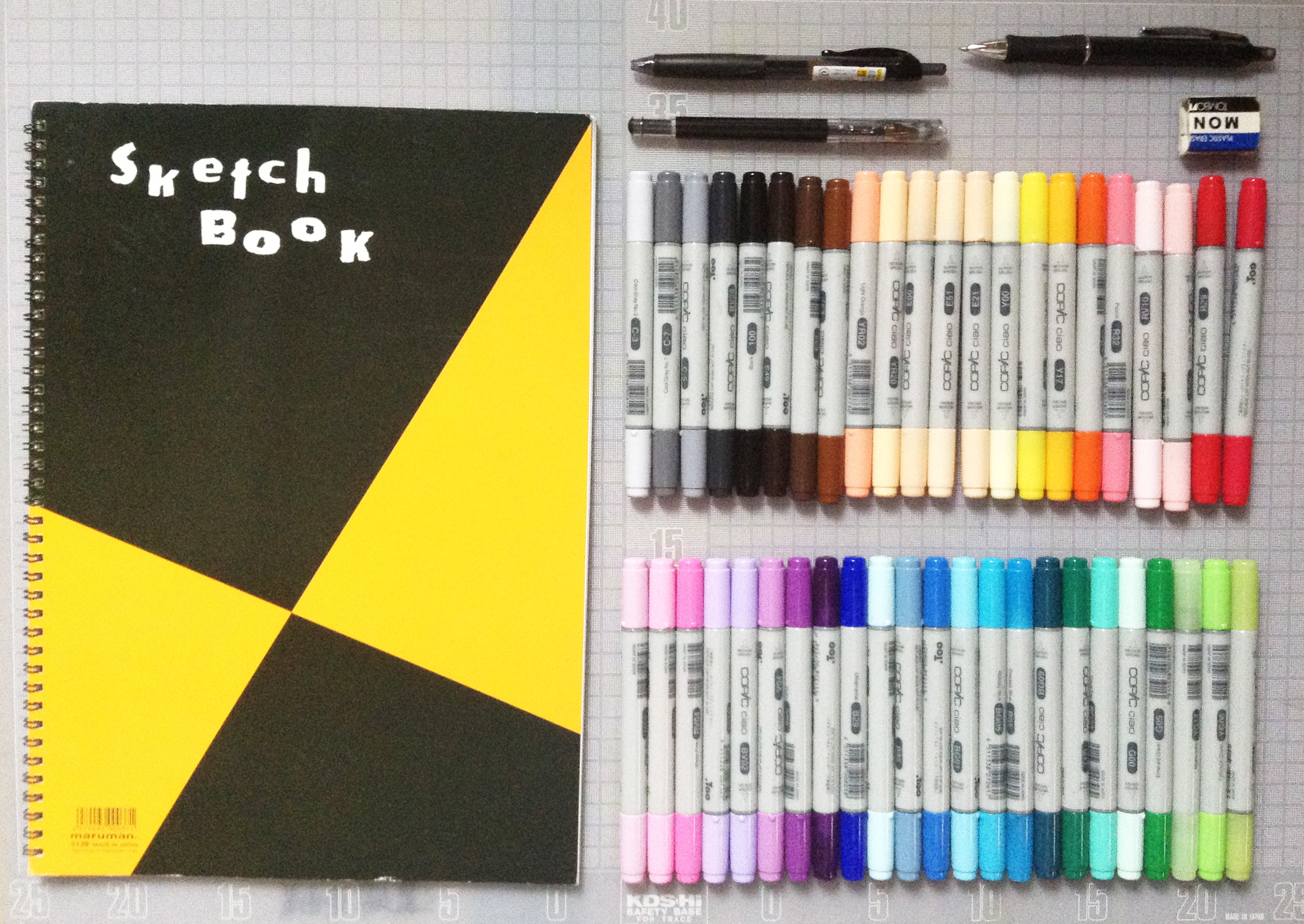 イラストを描くのに必要なコピックチャオ、ボールペン、スケッチブックなどの写真