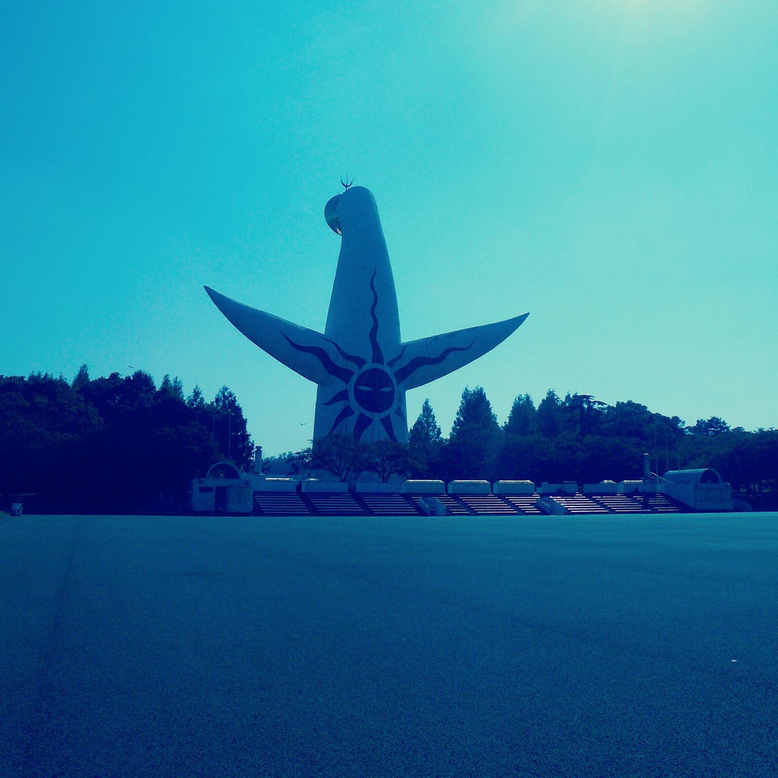 土偶のように見える「太陽の塔」の後ろ姿。黒い太陽が描かれる